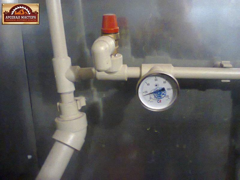 Есть манометр и термометр, оба вмонтированы в трубопровод.