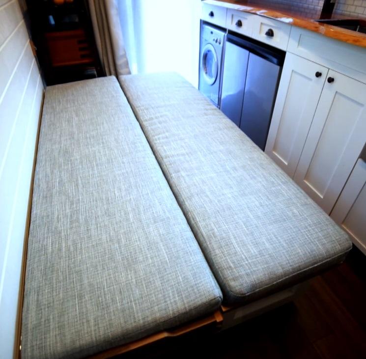 Также диван легко превратить в кровать: часть скамейки раскладывается, кладутся подушки
