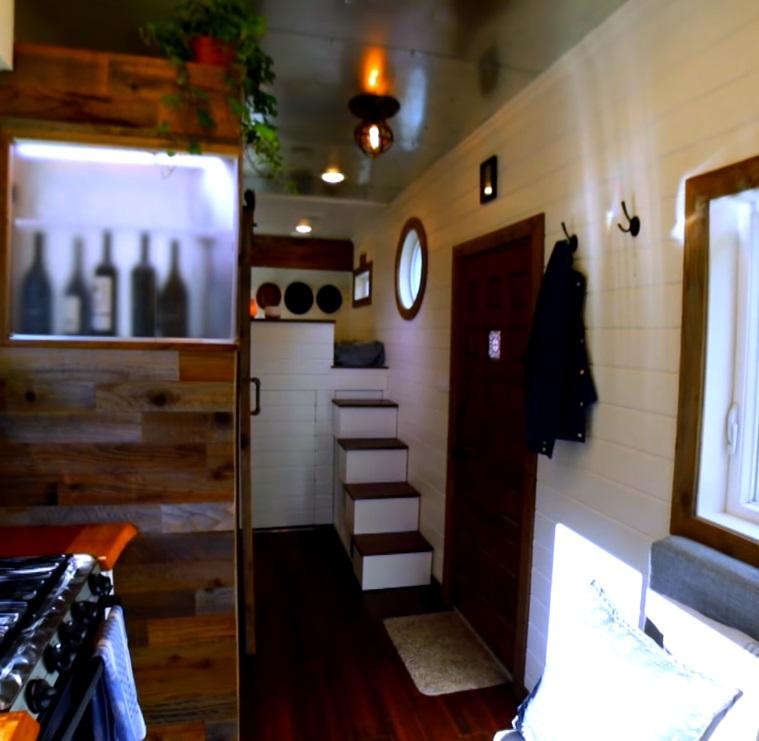 Cпальня в кантри-стиле на высоком подиуме