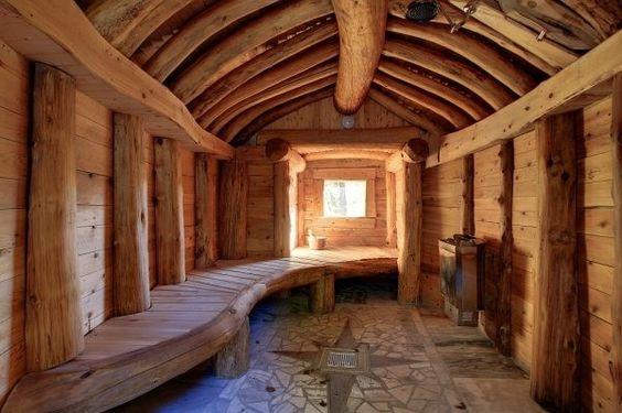 Использование строганной древесины с ее природной кривизной поверхностей придает помещению особую брутальность
