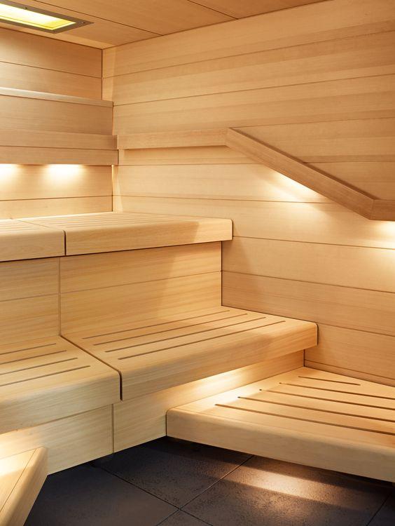 Отделка парной широкими деревянными панелями