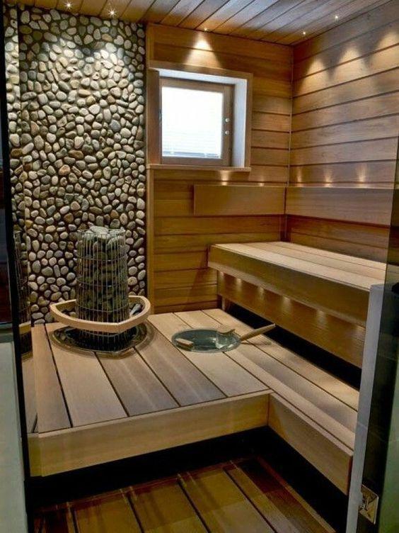 В бане используется комбинированная отделка дерево с камнем, это касается зоны где установлена печь