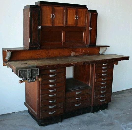 В прошлые века рабочее место столяра - стол - верстак - был объединен с шкафом-комодом для хранения инструментов
