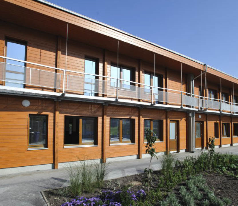 осмо масло натуральное. При строительстве использовались преимущественно экологичные материалы. Фасад – профильные рейки из скандинавской ели, обработанные Osmo защитной лазурью Holzschutz-Öl Lasur 728 Кедр.