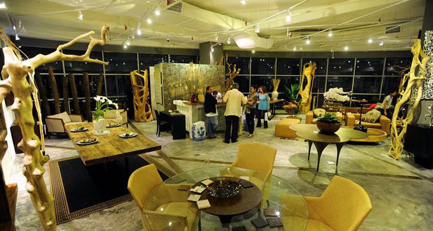 На фото дизайнерский выставочный зал по продаже столов из цельного дерева и аксессуаров