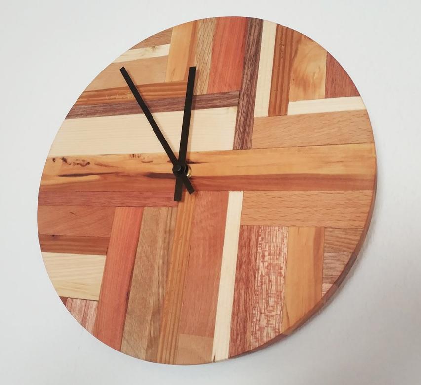 Мастер Бенджамин изготовил часы из разных пород дерева
