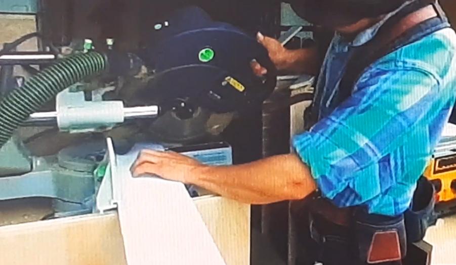 Плотник имеющий в своем арсенале мобильную Мастерскую FESTOOL, на фото торцовочная пила Kapex в работе