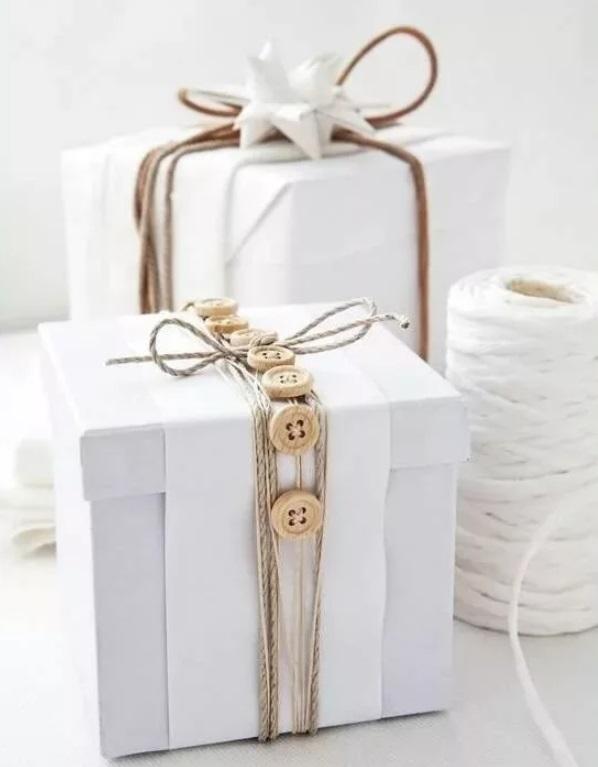Любые подручные материалы: бечевка, карабины, жгуты - упаковка подарка
