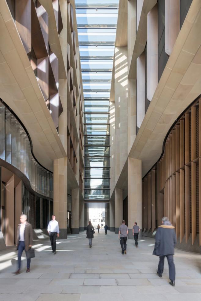 Архитекторы бюро Foster + Partners возвели здание штаб-квартиры Блумберг в Лондоне в знаковом месте лондонского Сити
