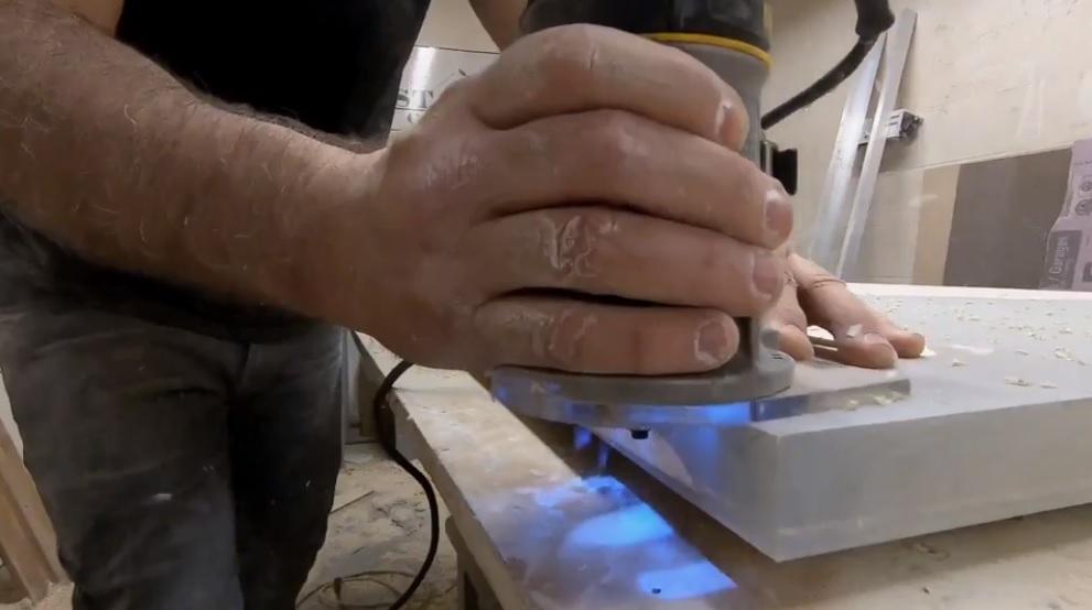 Фрезерование кромки деревянного слеба