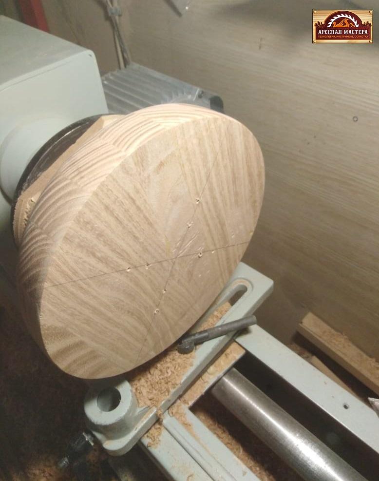 После обработки внешней стороны переставляем заготовку для выборки внутренней поверхности