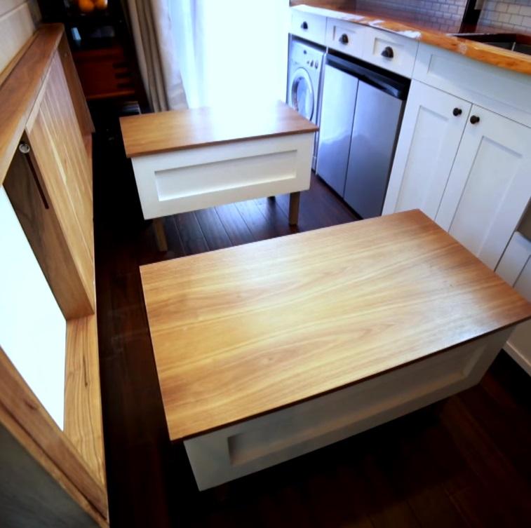 Диван легко превращается в обеденный стол со скамьями