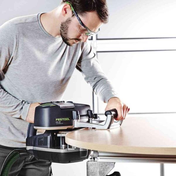 в ассортименте кромкооблицовочные станки для работы в Мастерских для обрабатывания кромки различной формы дерева.