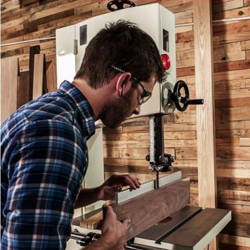 в ассортименте ленточнопильные станки для точной работы в Мастерских для распиловки дерева и обработки заготовок из него