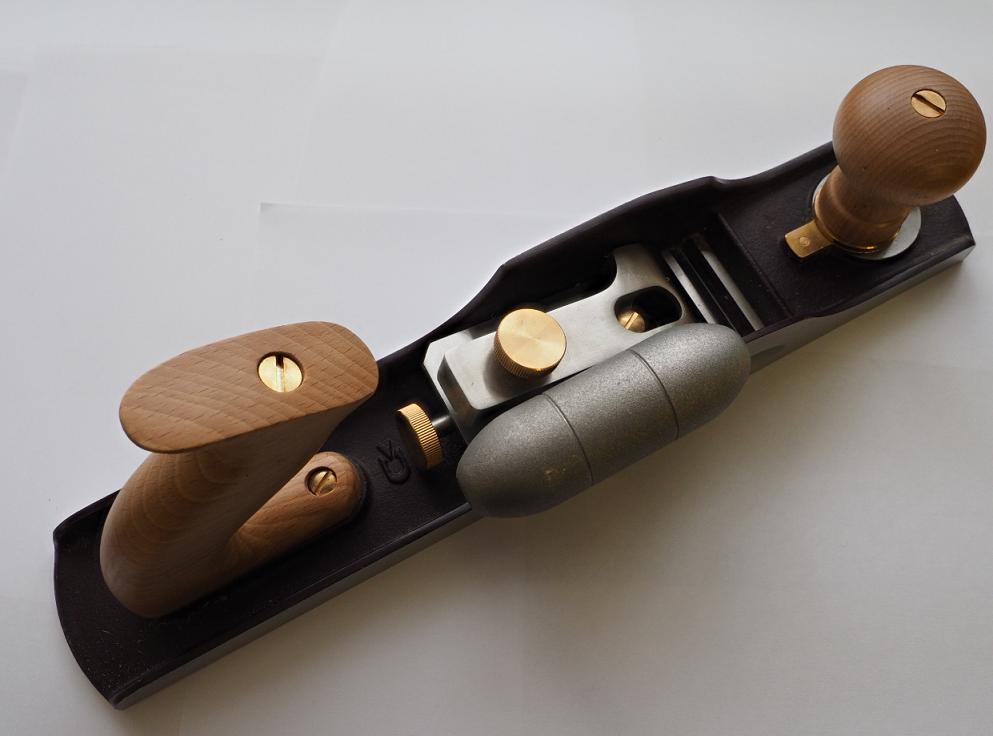 Хороший торцовочный рубанок с гладкой ровной подошвой и точной подгонкой узлов