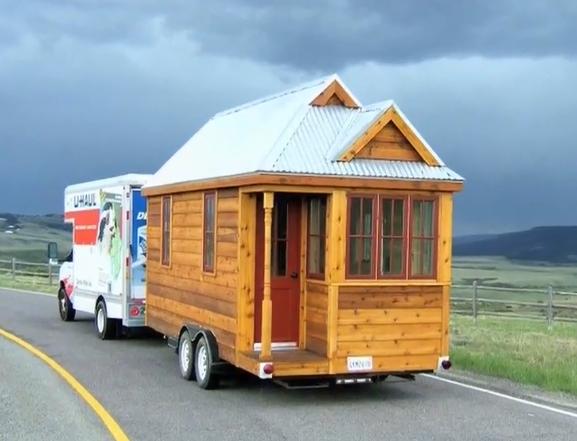 Фургон дом на колесах в дороге прицепом