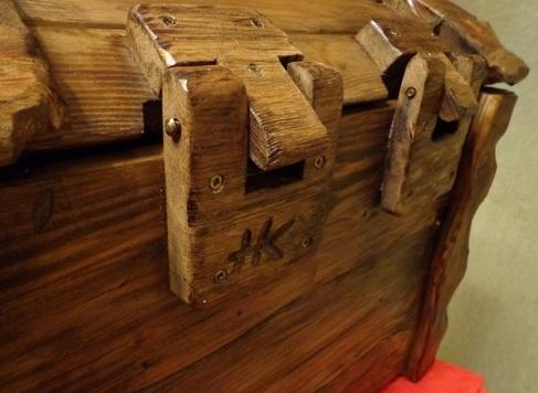Соединение на петлях часто выбирают, когда главной задачей соединения является декоративность, желание сделать его красивым: в откидывающихся крышках, скамейках и стульях, и конечно в шкатулках и сундуках.
