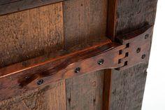 В случае изготовлении мебели, дверей и окон под старину или ретро используют петли на деревянных шарнирах