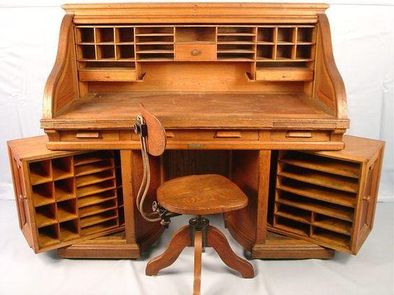 Несмотря на старину, и сейчас такой стол - бюро привлекателен для хоббиста, c оригинальными поворотными ящиками