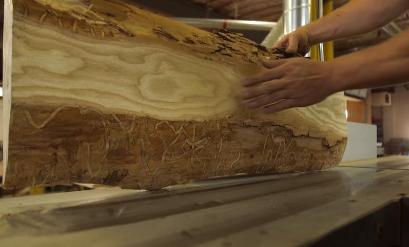 Новые бревна распиливаются и нарезаются . После обрезки плиты укладываются в стопку, а концы герметизируются, и оставляются для высыхания на свежем воздухе на 12-24 мес