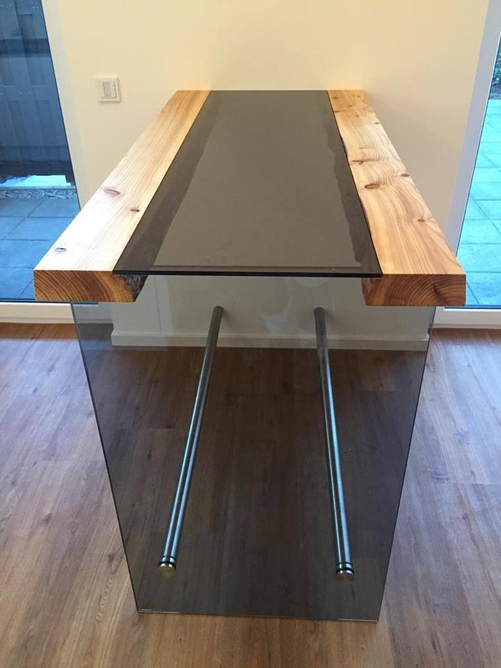 Отличный получился стол из дерева и стекла у немецкого мастера Torsten