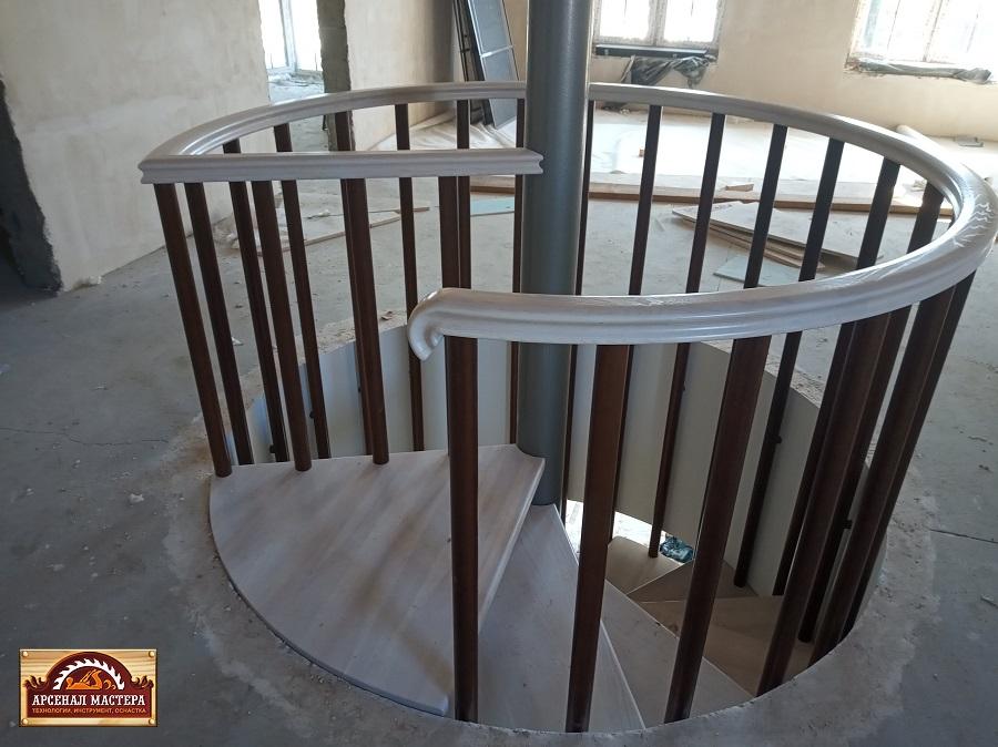 Недавно сдали объект , винтовая лестница, ступени - ясень 40 мм