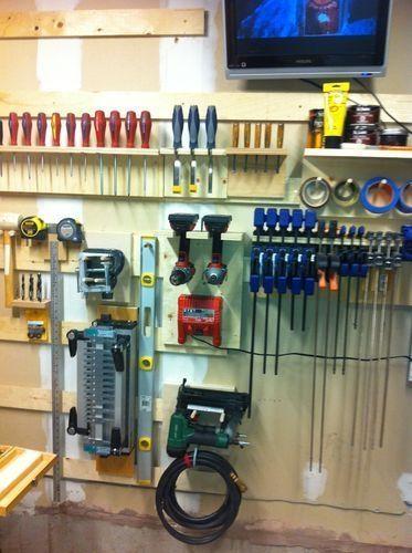 Многие начинают с простых полок постепенно расширяясь до шкафа для хранения инструментов
