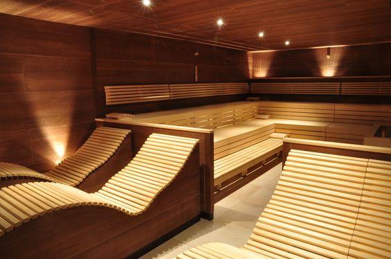 Вариант изготовления скамьи с использованием узких планок позволяет уйти от прямых линий к плавной природной кривизне