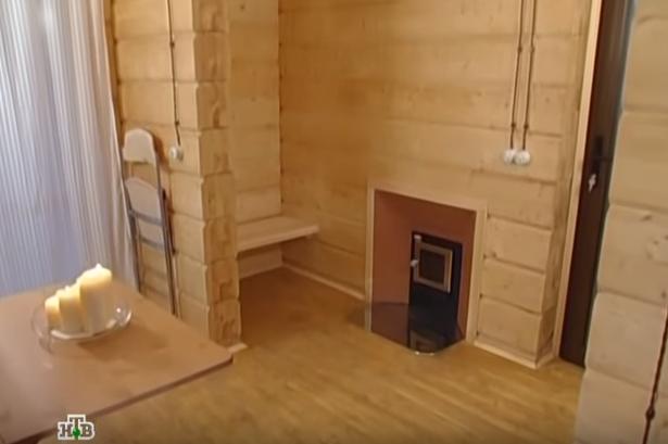 Обращает на себя внимание камин с открытым огнем, который дровами будет отапливать комнату отдыха