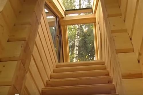 Позади дома открытая лестница, ведущая на второй этаж