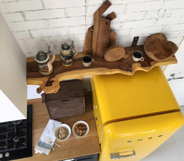 Полочка из спила карагача оживлят пространство и придает фишку интерьеру мини - кухни на фото ниже