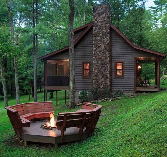 Идея открытой площадки с камином у загородного дома