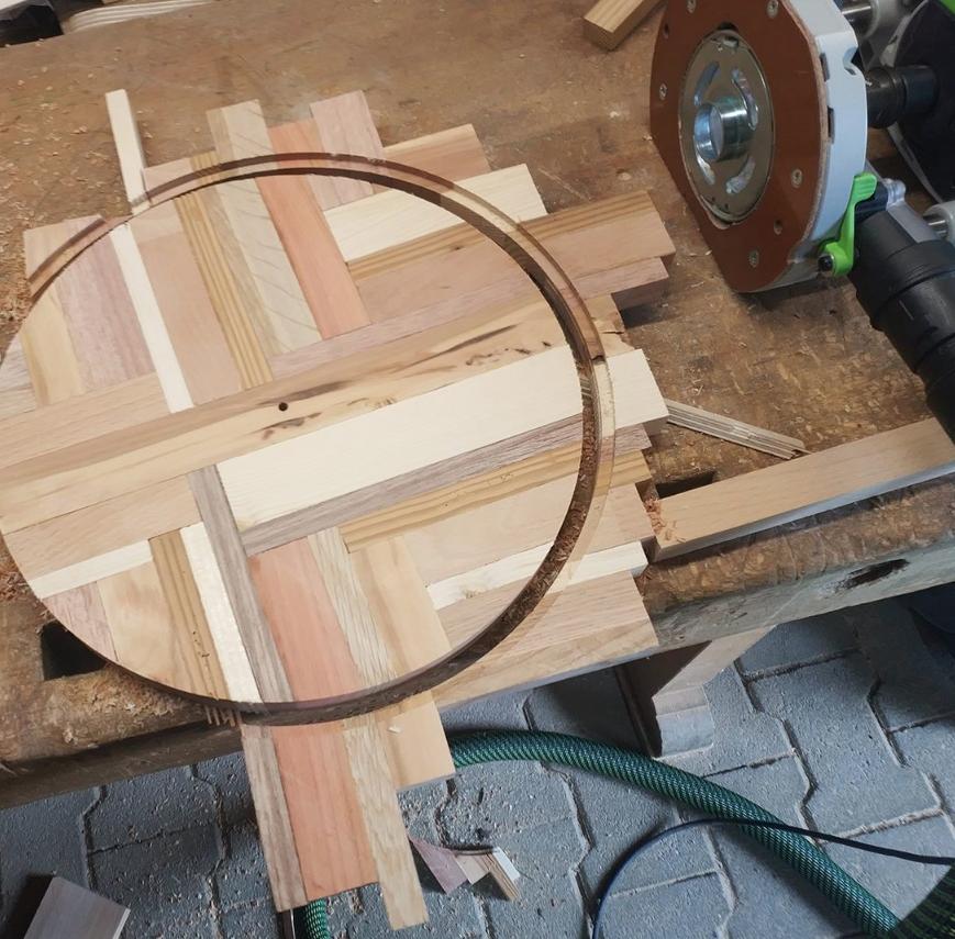 После полного высыхания с помощью вертикального фрезера Festool OF 1400 и фрезерного циркуля отфрезеровал круг в два захода