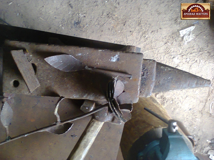 Лепестки и чашелистик вставляю на пруток и провариваю в месте насадки