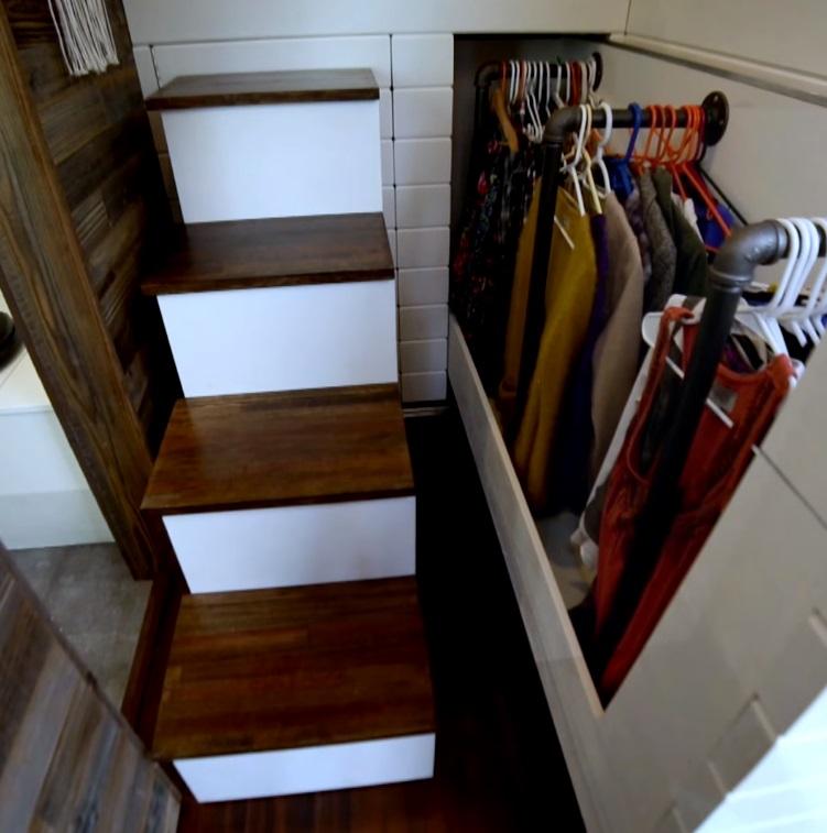 Гардероб под лестницей с удобным доступом - отличная идея для небольшого дома