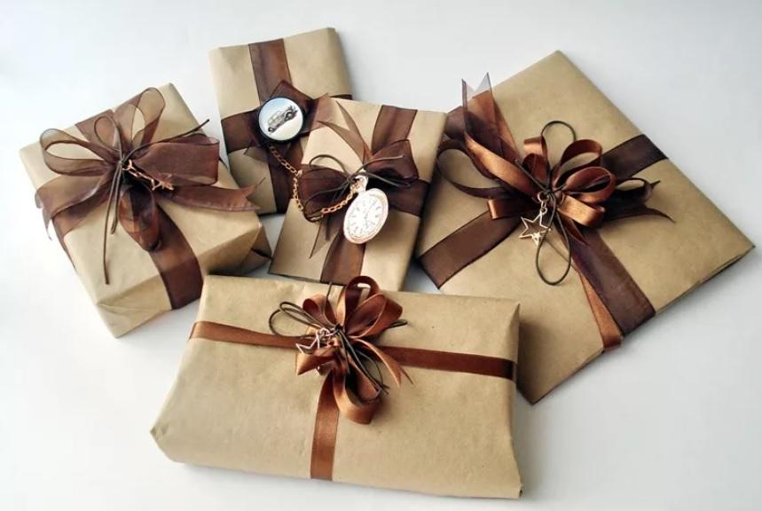 Классический вариант упаковать подарок  — приклеить к нему бант. Его можно сделать самостоятельно из упаковочной бумаги или из ленты.